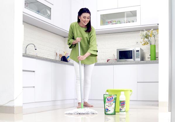 3 Keunggulan Membersihkan Lantai Keramik Rumah dengan S.O.S Pembersih Lantai Sereh