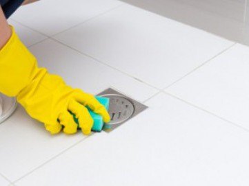 Cara Membersihkan Lantai Kamar Mandi yang Kuning